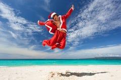 Santa Claus скачет на пляж Стоковая Фотография