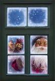 Santa Claus смотря через окно Стоковое фото RF