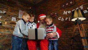 Santa Claus alegre muestra placer del sitio adornado con el holid Foto de archivo
