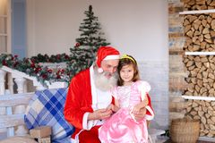 Santa Claus alegre que habla con la niña fotos de archivo