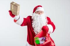 Santa Claus allegra che dà i presente variopinti Fotografia Stock Libera da Diritti