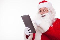 Santa Claus anziana allegra gradisce la tecnologia moderna Immagini Stock