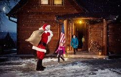 Santa Claus a apporté le sac avec des cadeaux pour des enfants Photos stock