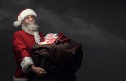 Santa Claus apportant des cadeaux Photo stock
