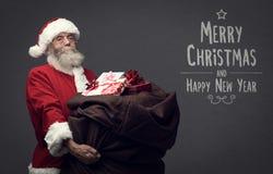 Santa Claus apportant des cadeaux Photos stock