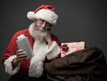 Santa Claus apportant des cadeaux Images stock