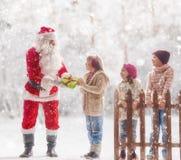 Santa Claus apresenta presentes fotografia de stock royalty free