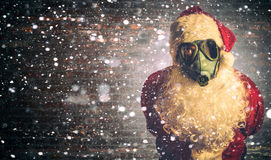 Santa Claus asustadiza con la careta antigás Imagen de archivo libre de regalías