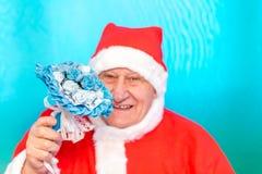 Santa Claus att rymma fejkar blommor fotografering för bildbyråer