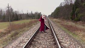 Santa Claus attraverso la ferrovia e la manifestazione ciao stock footage