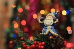 Santa Claus auf dem Weihnachtsbaumhintergrund Lizenzfreie Stockbilder