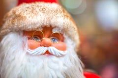 Santa Claus auf Hintergrund Weihnachtsbaum Stockfotos