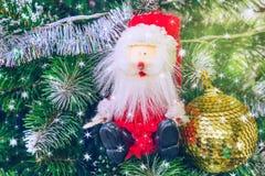 Santa Claus auf magischem Weihnachtsbaum Glänzende Lichter auf Weihnachtsbäumen und Nadeln Abstraktes Hintergrundmuster der weiße Lizenzfreie Stockfotos