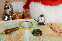 Santa Claus-Ausrüstung Ausgezeichnetes Glas, Spionsglas, Kompass, Karte, Gläser, Hut, binokular, Glocke lizenzfreie stockbilder