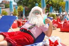 Santa Claus auténtica con la reclinación del cóctel fotos de archivo libres de regalías
