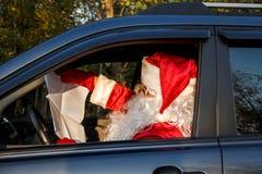 Santa Claus auténtica Santa Claus conduce un coche Fotos de archivo libres de regalías