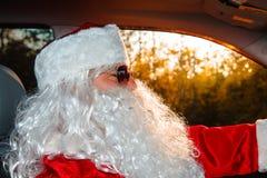 Santa Claus auténtica Santa Claus conduce un coche Foto de archivo libre de regalías