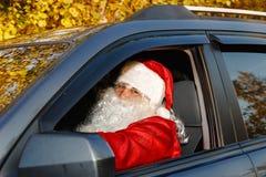 Santa Claus auténtica Santa Claus conduce un coche Foto de archivo