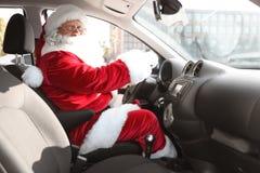 Santa Claus auténtica que conduce el coche foto de archivo libre de regalías