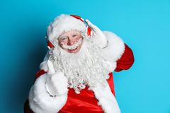 Santa Claus authentique écoutant la musique image stock