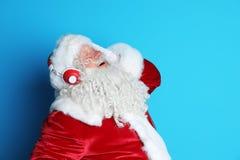 Santa Claus authentique écoutant la musique photos stock