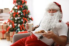 Santa Claus authentique avec du lait et des biscuits photos stock