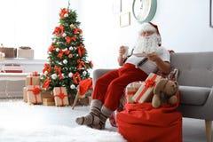 Santa Claus authentique avec du lait et des biscuits image stock