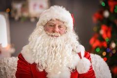 Santa Claus authentique avec la barbe blanche à l'intérieur photographie stock