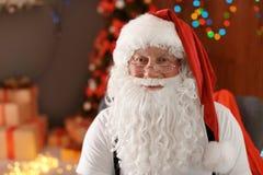 Santa Claus authentique avec la barbe touffue photos stock