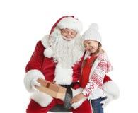 Santa Claus authentique avec le boîte-cadeau et la petite fille sur le fond blanc photo stock