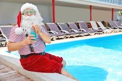 Santa Claus authentique avec le cocktail près du poo photos libres de droits