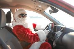 Santa Claus authentique conduisant la voiture, vue à l'intérieur photos stock