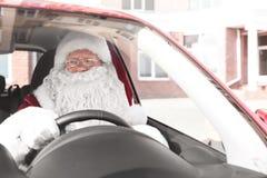 Santa Claus authentique dans la voiture, photos libres de droits