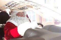 Santa Claus authentique dans la voiture, images libres de droits