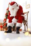 Santa Claus authentique mettant sur le costume traditionnel images stock