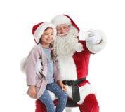 Santa Claus authentique prenant le selfie avec la petite fille sur le fond blanc photographie stock libre de droits