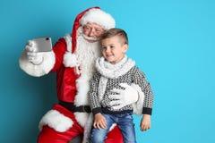 Santa Claus authentique prenant le selfie avec le petit garçon images libres de droits
