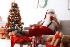 Santa Claus authentique se reposant avec la tasse de thé photographie stock