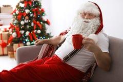 Santa Claus authentique se reposant avec la tasse de thé photo libre de droits