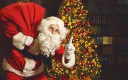Santa Claus avec des cadeaux autour d'arbre de Noël Images libres de droits