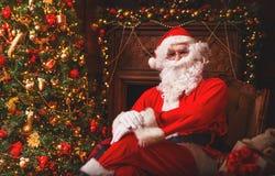 Santa Claus avec des cadeaux autour d'arbre de Noël Image libre de droits