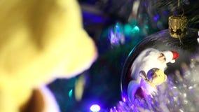 Santa Claus avec des cadeaux dans Noël de réflexion Photographie stock libre de droits