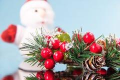 Santa Claus avec la belle guirlande de Noël sur une surface bleue de miroir, décoration traditionnelle pendant la nouvelle année  image stock