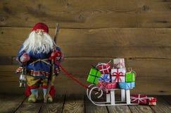 Santa Claus avec la glissière des présents sur le fond en bois pour le chri Photo stock