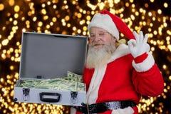 Santa Claus avec la pleine caisse de dollars Image stock