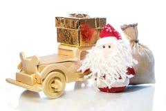 Santa Claus avec la voiture, le boîte-cadeau et le sac en bois Photo libre de droits
