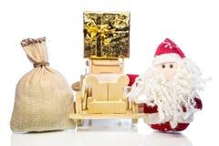 Santa Claus avec la voiture, le boîte-cadeau et le sac en bois Images libres de droits