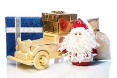 Santa Claus avec la voiture, les boîte-cadeau et le sac en bois Image libre de droits