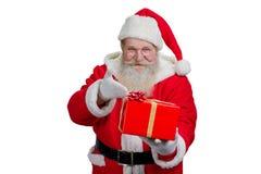 Santa Claus avec le cadeau, fond blanc Photo libre de droits