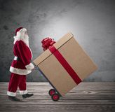 Santa Claus avec le grand cadeau de Noël Photo libre de droits